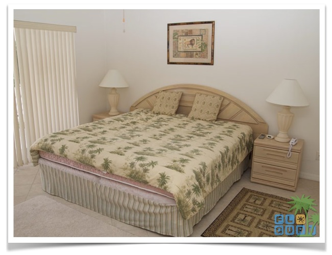"""Florida Ferienhaus in Lehigh Acres """"Alisha"""" mit Blick auf das Kingsize Bett im Haupt Schlafzimmer"""