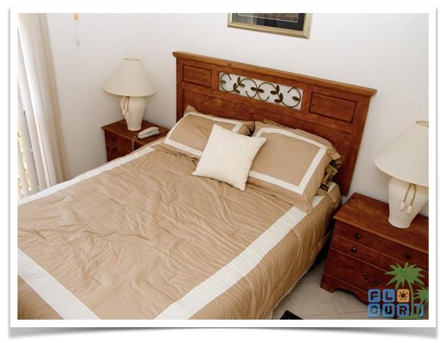 """Florida Ferienhaus in Lehigh Acres """"Alisha"""" mit Blick auf das Queensize Bett im ersten von zwei Gästezimmern"""