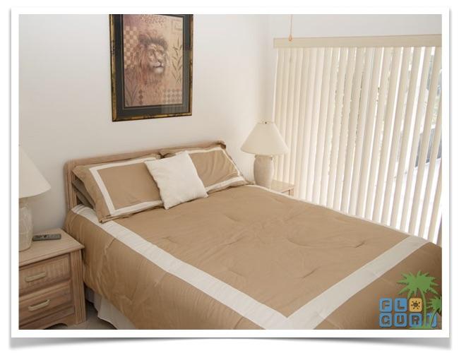 """Florida Ferienhaus in Lehigh Acres """"Alisha"""" mit Blick auf das Queensize Bett im zweiten von zwei Gästezimmern."""