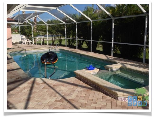Florida Ferienhaus Sunshine in Lehigh Acres mit Blick auf den Pool mit Whirlpool