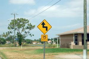 Schild über die Empfehlung der Höchstgeschwindigkeit