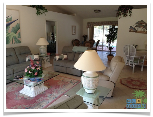 """Florida Ferienhaus in Lehigh Acres """"Alisha"""" mit Blick aus dem Wohnzimmer in Richtung Essecke und Pool Bereich"""