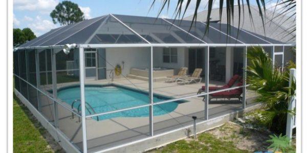 Florida Ferienhaus Paradise Cove in Lehigh Acres mit Blick auf den Poolbereich