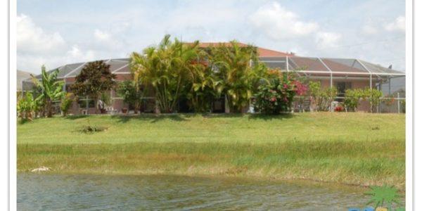 Florida Ferienhaus Sunshine in Lehigh Acres mit Blick auf die Rückseite über den See